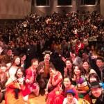 """上智大学公認ボランティアサークル 学生主体NGO団体の「めぐこ」-アジアの子どもたちの自立を支える会-が開催する2017年「めぐこ」チャリティーコンサート""""FAMILY""""終幕時のご来場の支援者様と出演してくださったアーティストの皆様との写真。"""